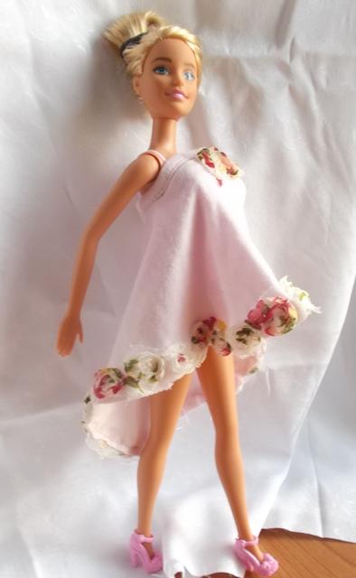 Une nouvelle robe d'été pour Barbie